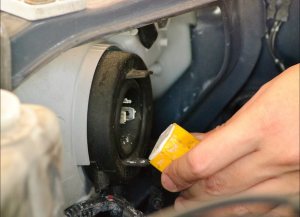 چطور لامپ چراغ خودرو را تعویض کنیم؟ - خارج کردن سوکت